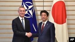北约秘书长斯托尔滕贝格2017年10月31日会晤日本首相安倍