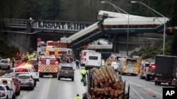 Varios vagones quedaron amontonados unos contra otros, y otro quedó colgado en precario equilibrio sobre la carretera.