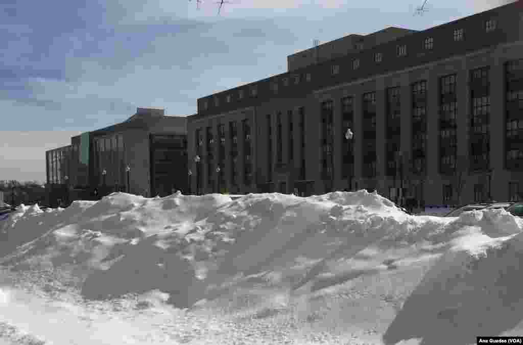 Edifícios governamentais fechados por dois dias úteis (24 e 25) devido ao nevão que atingiu a capital americana a 22 e 23 de Janeiro