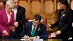 康涅狄克州州長、民主黨人馬洛伊4月4日子在州議會簽署了法案。