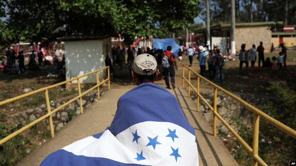 Một người choàng cờ Honduras trong đoàn xe tới Mexico.
