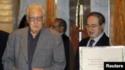 Phó Bộ trưởng Ngoại giao Syria Faisal Mekdad (phải) đón tiếp Đặc sứ Brahimi tại một khách sạn trong thủ đô Damascus, Syria