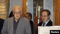 叙利亚副外长迈克达德2012年10月19日在大马士革一家酒店欢迎联合国阿拉伯联盟的叙利亚和平特使卜拉希米