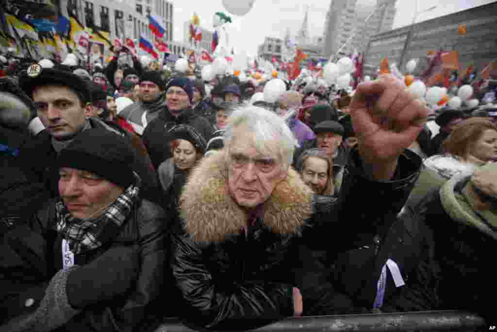 Demonstrators hold a rally protesting against election fraud in Moscow, Saturday, Dec. 24, 2011. Tens of thousands of demonstrators cheered opposition leaders and jeered the Kremlin in the biggest show of outrage yet against Prime Minister Vladimir Putin'