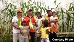 Anggota Gafatar Kalimantan Timur menunjukkan hasil panen jagung mereka untuk program Gerakan Rumah Pangan Mandiri (RPM). (Foto: dok.)