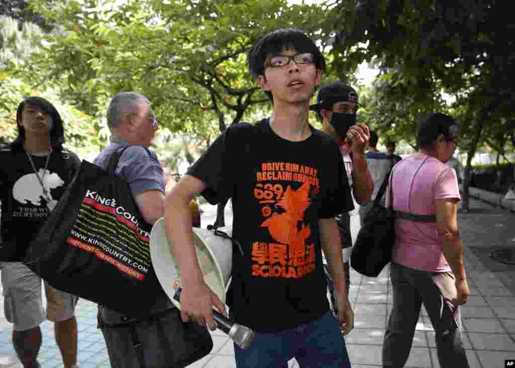 2014年10月14日学生领袖黄之锋目视警察搬走路障