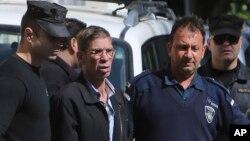 سیف الدین مصطفی (وسط) از سوی پولیس بازداشت شد.