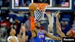 9 décembre 2014 ; New Orleans, LA , USA ; New York Knicks Amare Stoudemire avant ( 1 ) tirer la balle entre la Nouvelle- Orléans Pelicans avant Dante Cunningham ( 44 ) et le renvoyer Anthony Davis ( 23 ) au cours du deuxième trimestre à Smoothie King Center. Mandatory Credit : Source : Reuters