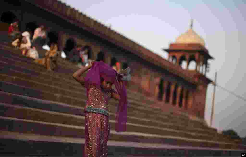 11일 세계 여자아이의 날, 인도 최대의 회교 사원인 자마 마스히드 계단을 내려오는 무슬림 소녀.