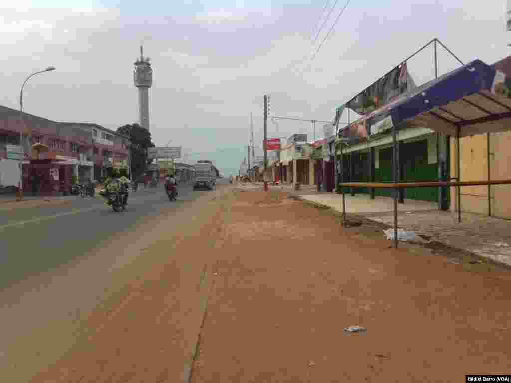Une rue quasi vide à Bouaké, Cote d'Ivoire, 13 mai 2017. (VOA/Sidiki Barro)