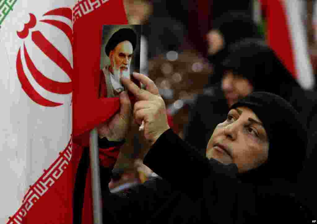 اسوشیتدپرس عکسی از یک زن در جشن سالگرد انقلاب اسلامی در لبنان منتشر کرده است. گروه حزب الله لبنان که از کمک تهران برخوردار است، این جشن را برگزار کرده است. مقام های آمریکا حزب الله را یک گروه تروریستی می دانند و می گویند جمهوری اسلامی ایران منابع کشور را به جای مردم خود، برای گروه هایی مثل حزب الله خرج می کند.