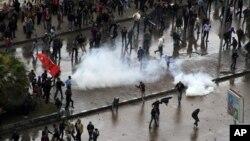 21일 이집트 북부도시 알렉산드리아에서 새 헌법 초안 찬·반 시위대의 충돌이 발생한 가운데, 시위대 사이에서 경찰이 쏜 최루탄이 터지고 있다.