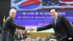 Menteri Pertahanan AS Jim Mattis (kiri) dan Menteri Pertahanan Korea Selatan Song Young-moo berjabat tangan sebelum berlangsungnya Pertemuan Konsultatif Keamanan ke-49 di kantor Kementerian Pertahanan Korea Selatan di Seoul, 28 Oktober 2017.