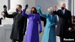 美国当选总统拜登和妻子吉尔、当选副总统哈里斯和丈夫埃姆霍夫站在国会大厦的台阶上准备参加就职典礼。(2021年1月20日)