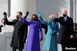 جو بائیڈن اور ان کی اہلیہ جل بائیڈن، کاملا ہیرس اور ان کے شوہر ڈگ اہمہوف حلف بردرای کی تقریب سے قبل حاضرین کو دیکھ کر ہاتھ ہلا رہے ہیں۔ 20 جنوری 2021