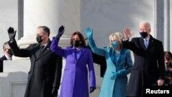 Джо Байден з дружиною та Камала Гарріс з чоловіком перед інавгурацією 20 січня 2021 року