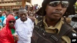 Shugaban hamayya Kizza Besigye cikin farar riga da 'yan sanda suka kama