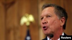 Gubernur Ohio John Kasich berbicara dalam konferensi pers pengunduran dirinya sebagai kandidat calon presiden Partai Republik, di Columbus, Ohio (4/5). (Reuters/Aaron Josefczyk)