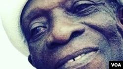 Tony Allen fut dans les années 60 et 70 le batteur et directeur musical de Fela Kuti, avec qui il créa l'afrobeat.
