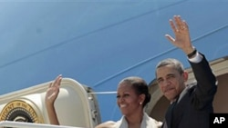 President Barack Obama and his wife Michelle prepare to depart San Salvador, March 23 2011