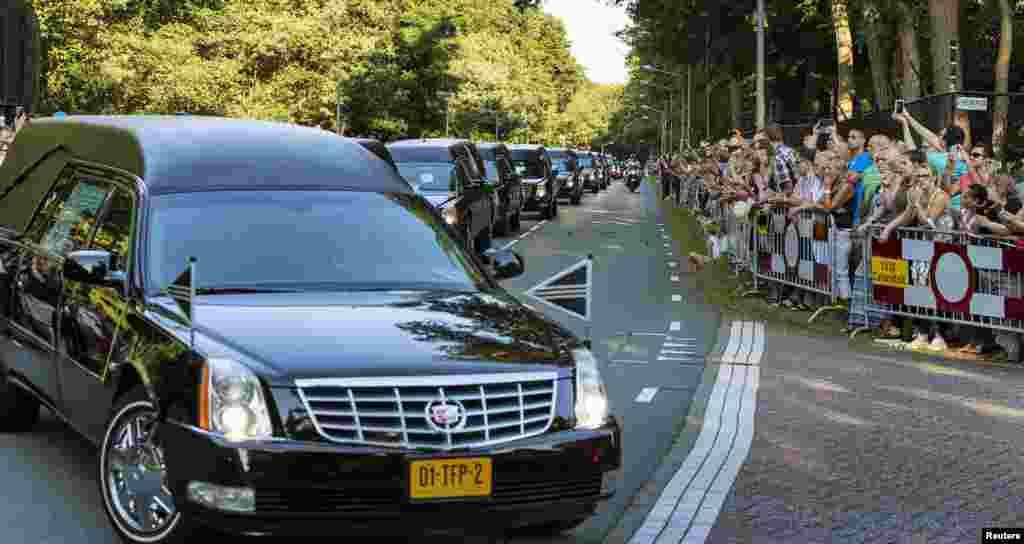 Колонна из сорока траурных автомобилей во время прощальной процессии