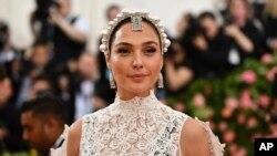 گل گدوت، بازیگر اسرائیلی در مراسم انتستیتوی لباس موزه متروپولیتن نیویورک