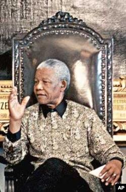 Mandela addressing a meeting, wearing one of Buirski's geometric patterned shirts