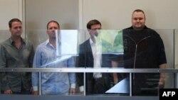 Группа задержанных сотрудников компании Megaupload в суде Окленда. Справа - Ким Дотком. 20 января 2012г.