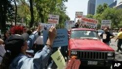 Una protesta en ciudad de México, el 20 de marzo del 2005, en contra de una marcha por los derechos de los hombres.