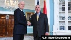 Le secrétaire d'État Rex Tillerson serre la main au Premier ministre monténégrin Dusko Markovic à Washington, D.C., le 8 mai 2017.
