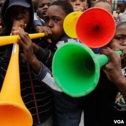 Walaupun dianggap menganggu, vuvuzela sudah lekat dengan tradisi negara tuan rumah, Afrika Selatan, sehingga kemungkinan FIFA tak akan melarang penggunaan terompet ini.