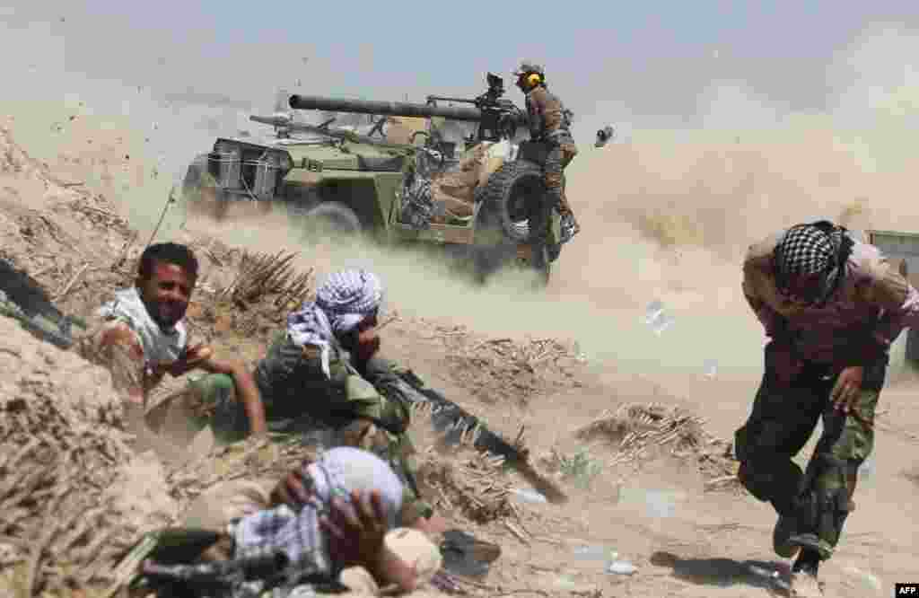 Iraqi government forces fire an anti-tank cannon near al-Sejar village, north-east of Fallujah, on May 25, 2016, as they take part in a major assault to retake the city from the Islamic State (IS) group.