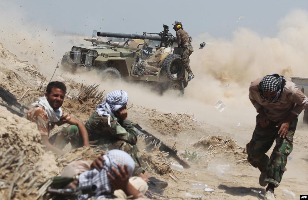 فلوجہ کے شمال مشرق میں واقع السراج گاؤں کے قریب عراقی فوجی اہکار ایک جیپ پر لگی ٹینک شکن توپ چلا رہے ہیں