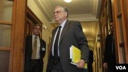 Menteri Keuangan Yunani, Lucas Papademos (tengah) tiba untuk menghadiri rapat kabinet Yunani (14/2). Yunani diperkirakan masih akan menghadapi utang yang besar beberapa tahun mendatang.