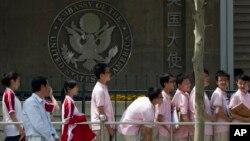 Sinh viên Trung Quốc bên ngoài Đại sứ quán Mỹ ở Bắc Kinh (ảnh tư liệu, tháng 5/2012)