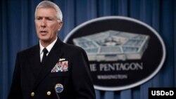 Đô đốc Samuel Locklear, Tư lệnh Hoa Kỳ ở Thái Bình Dương, trong một buổi họp báo tại Ngũ Giác Đài.