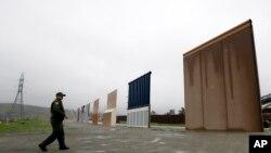 미 국경수비대원이 지난 5월 미국 캘리포니아주 샌디에고의 국경에 세워진 장벽 시제품을 향해 걷고 있다. (자료사진)