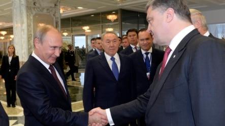 Rusya Cumhurbaşkanı Vladimir Putin ve Ukrayna Cumhurbaşkanı Petro Poroşenko Minsk'deki zirvede el sıkışırken