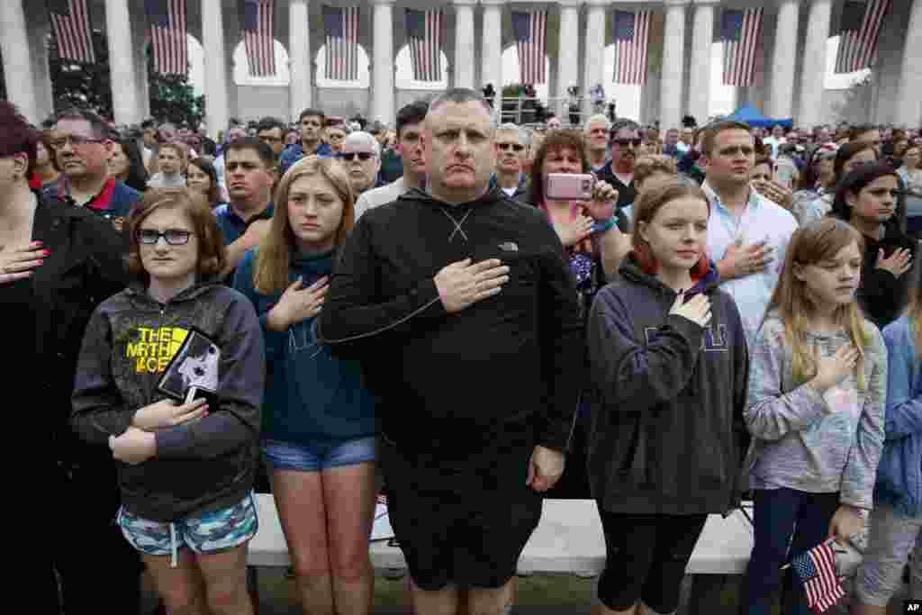 Американцы отдают дань памяти павшим. 28 мая 2018 года, Арлингтон, Вирджиния