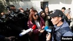 Walid, le frère du suspect tunisien de l'attentat de Berlin, parle aux journalistes dans le village natal de la famille, à Oueslatia en Tunisie, le 22 décembre 2016.
