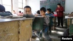 지난 2013년 중국 베이징 외곽 지역에서 아이들이 호구제 혜택으로 학교 교육을 받고 있다.