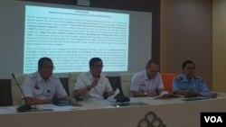 (ki-ka) Dirjen Administrasi Hukum Umum Cahyo Rahardian Muhzar, Menkumham Yasonna H Laoly, Inspektur Jendral Johny Ginting, Kabiro Humas Bambang Wiyono, dalam konferensi pers di Gendung Kemenkumham, Jakarta, Senin (25/3) (Foto: VOA/Ghita).