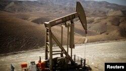 Hệ thống bơm đưa dầu lên mặt đất ở Monterey Shale, bang Califonia, tháng 4, 2013