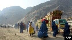 Pengungsi Afghanistan berpakaian burqa tiba di pusat repatriasi Komisaris Tinggi PBB untuk Pengungsi (UNHCR) di Torkham, saat mereka melintasi perbatasan utama antara Afghanistan dan Pakistan untuk kembali ke negara asal mereka. (NOORULLAH SHIRZADA / AFP)