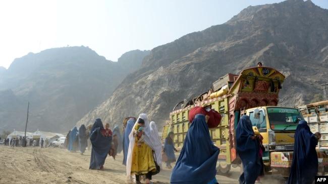 Pengungsi Afghanistan berpakaian burqa tiba di pusat repatriasi Komisaris Tinggi PBB untuk Pengungsi (UNHCR) di Torkham. (Foto: AFP)