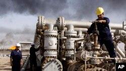 Para pekerja Irak tengah bekerja di kilang minyak Rumaila, dekat kota Basra, 550 kilometer tenggara Baghdad, Irak, 13 Desember 2009 (Foto: dok). Pemerintah Suriah dilaporkan telah menerima minyak mentah dalam jumlah cukup besar dari Irak melalui sebuah pelabuhan Mesir selama sembilan bulan terakhir.