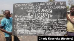 Plusieurs milliers des jeunes ont descendu dans la rue au Nord-kivu pour bloquer la route aux véhicules des organisations humanitaires demandant une clarification de leurs interventions dans leur territoire, qu'ils jugent sans impact. (Charly Kasereka/VOA