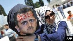 Người biểu tình cầm hình nộm của Tổng thống Syria Bashar al-Assad tại Istanbul. Ông Assad đã phải đối mặt với áp lực ngày càng gia tăng của quốc tế vì vụ trấn áp tàn bạo nhắm vào người biểu tình chống chính phủ
