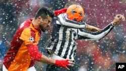 Fernando Llorente, de la Juventus de Turín, (tapado por la pelota) es marcado por Gokhan Zan del Galatasaray, durante partido jugado en Estambul.