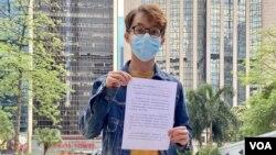 陳皓桓對警方質疑民陣違反《社團條例》感到詫異,表明不會逐一回應警方的提問。(美國之音湯惠芸拍攝)